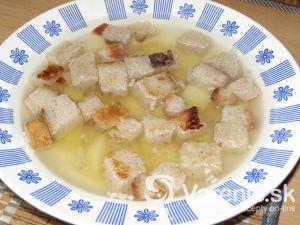 Cesnaková polievka s chlebovými kockami