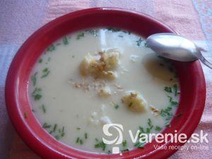 Karfiolová polievka s nivou a orechmi