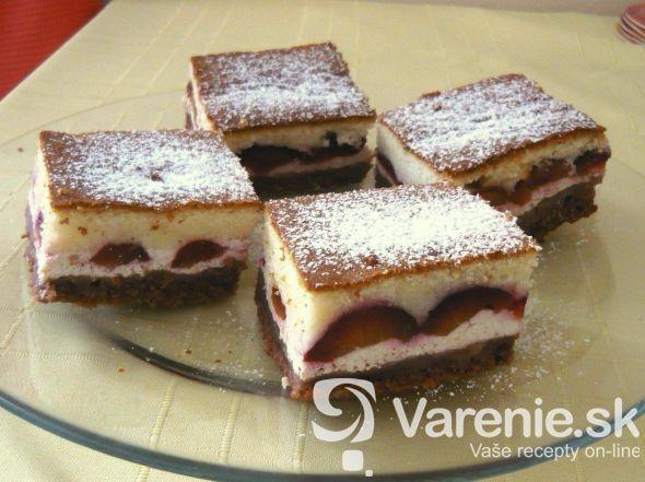 Farebný koláč s tvarohom a ovocím