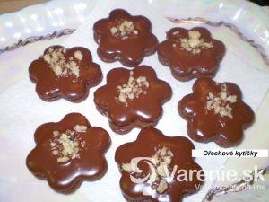 Plnené orechové kvetinky