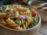 Šalát z cestovín, zeleniny a syra