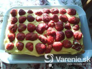 Piškótový korpus s krémom a ovocím
