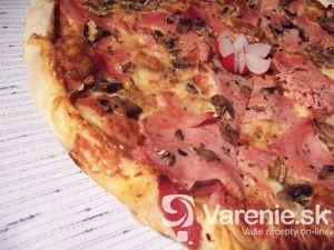 Pizza so slaninou, šampiňónmi a šunkou